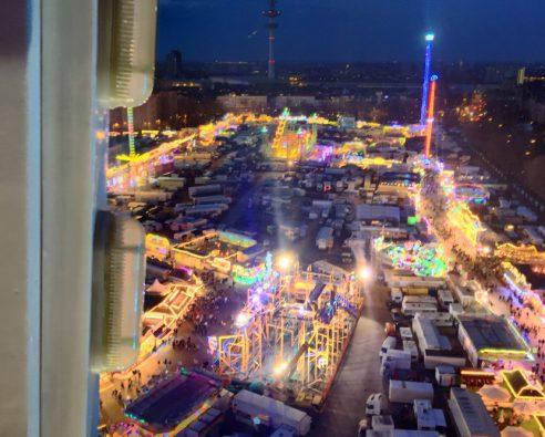 iPhone Snapshot. Blick aus dem Riesenrad über den Hamburger Dom. Hamburg aus der Vogelperspektive.